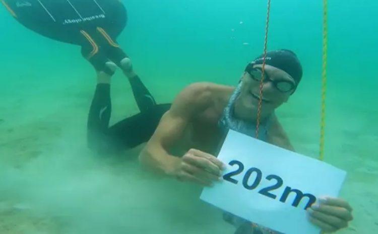 Diver Sets World Record in La Paz